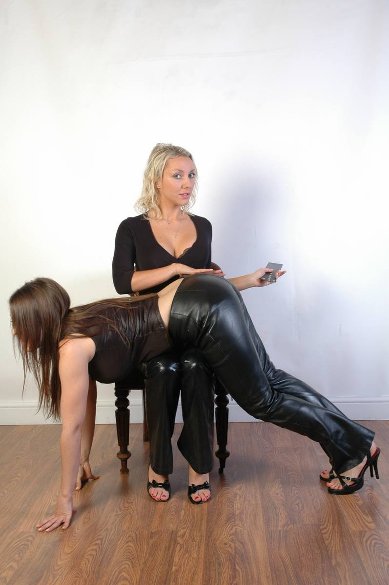 Mais pas Spank in leather pants