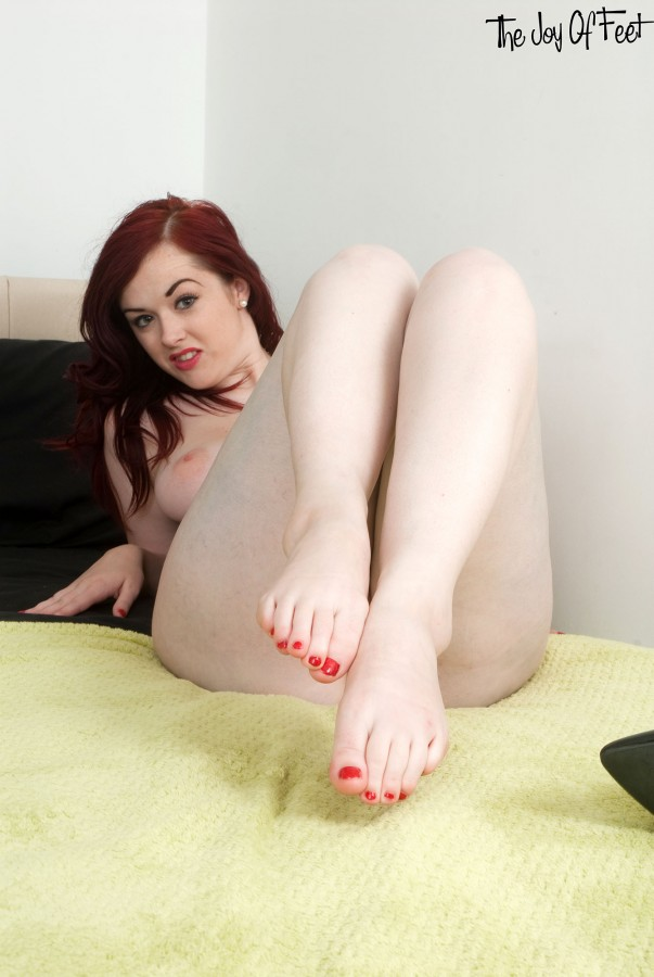 naked sexy pale feet